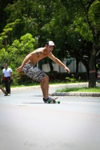 Carving longboard stance